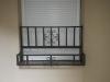 Metalne-žardijere-na-prozoru